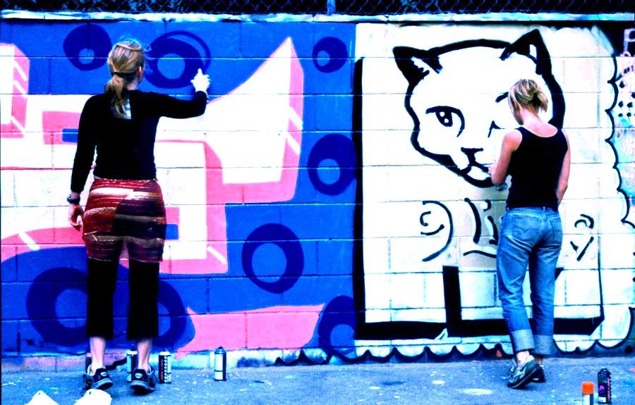 Cultura del grafit. Pintant_un_mural_a_Ciutat_Vella de Barcelona. Març de 2002.